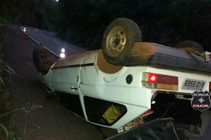 Motorista abandona carro depois de capotar na 282