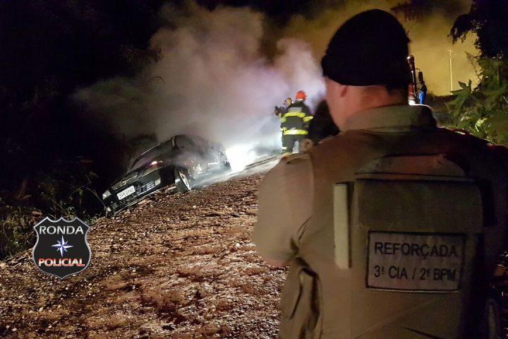 Veículo tomado de assalto é incendiado por assaltante
