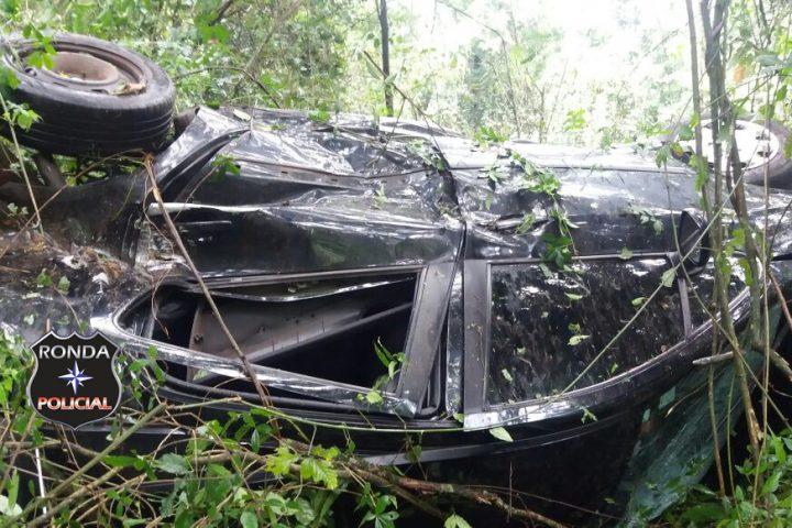 Condutora gaúcha colide em árvore e capota a margem da 282