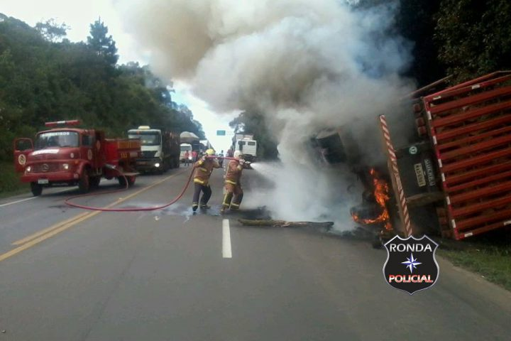 Bombeiros combatem incêndio em carreta na BR-282
