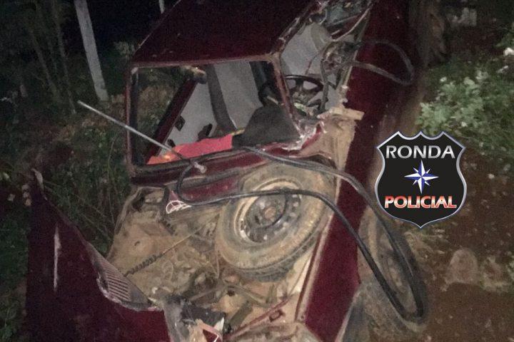 Carreta tomba após colidir em veículo durante a noite no interior