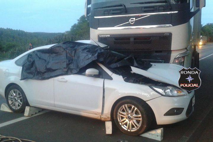 Duas pessoas morrem em violenta colisão entre carro e carreta