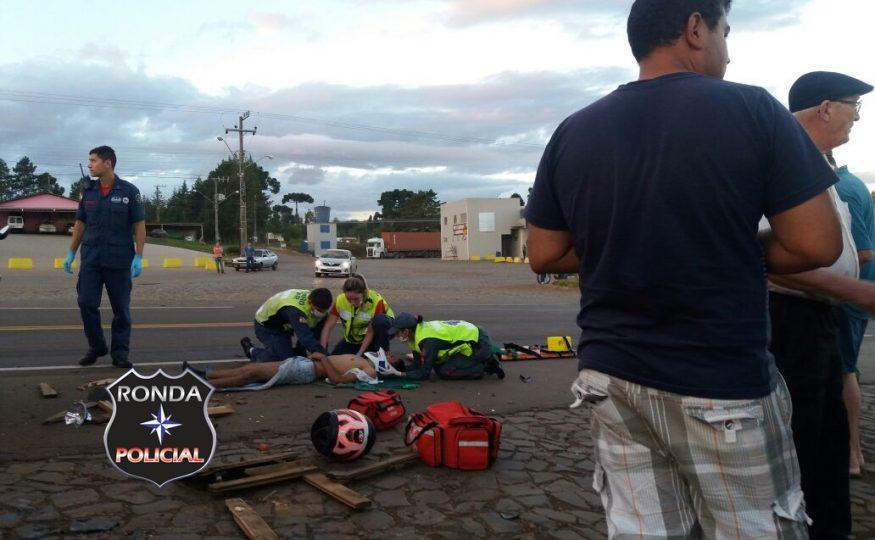Motociclista fica gravemente ferido ao colidir com caminhão na BR-282