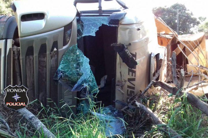 Caminhoneiro fica ferido ao tombar carreta carregada de soja a margem da 155