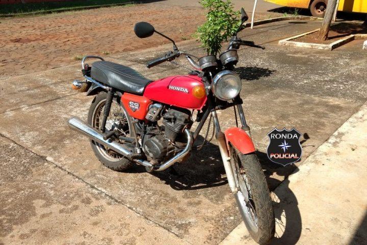 Dupla armada assalta lotérica e abandona moto durante a fuga