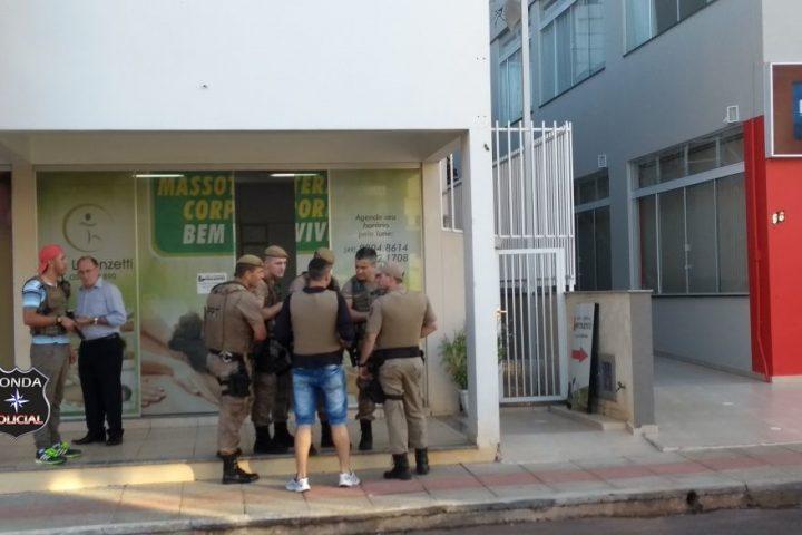 Duas pessoas são feitas de refém em assalto a mão armada