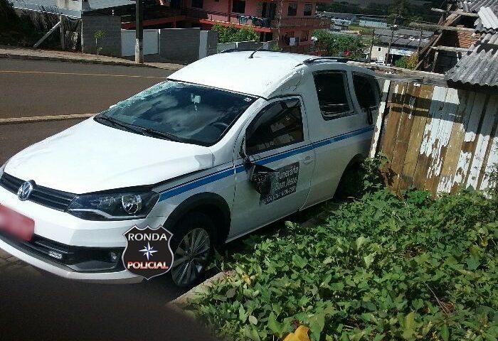 Veículo funerário capota após colisão no centro
