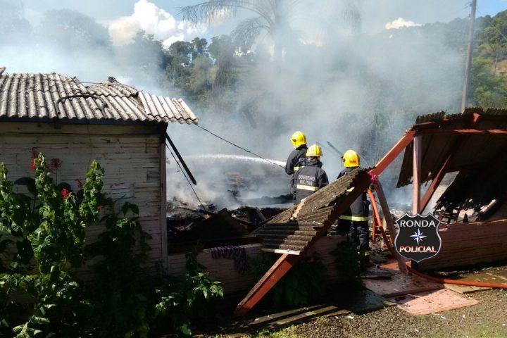Incêndio consome residência em propriedade rural