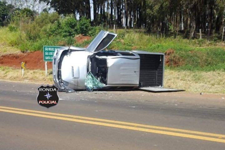 Camioneta capota após colidir em carro de Chapecó na BR-163