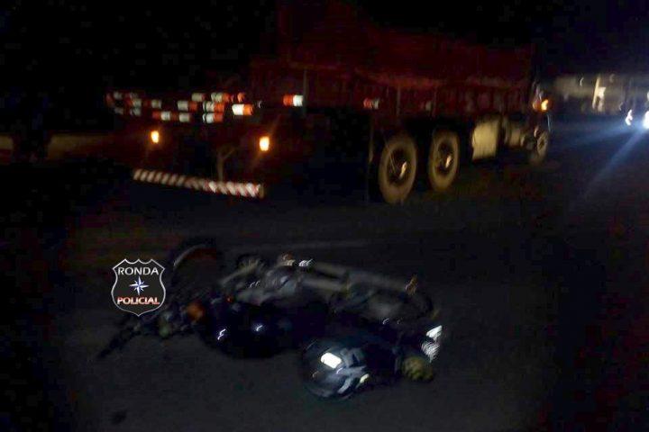 Motociclista fica ferido após colidir em caminhão na 282