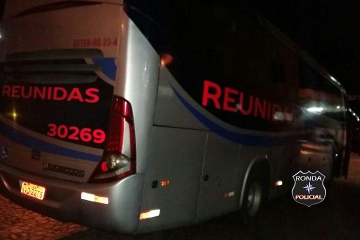 Mulher tem celular e dinheiro roubado dentro de ônibus na 282