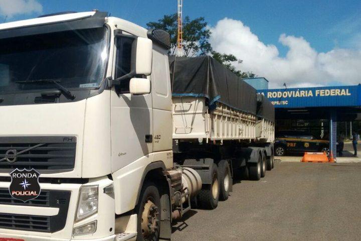 Ação conjunta entre PM e PRF apreende carreta carregada de contrabando