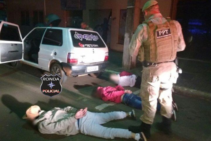 Tático detém três jovens e recupera veículo furtado durante a madrugada