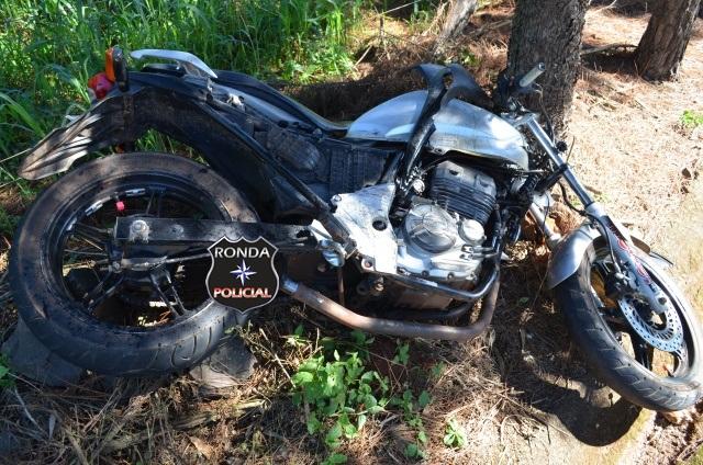 Jovem sofre graves ferimentos em colisão frontal entre moto e camioneta