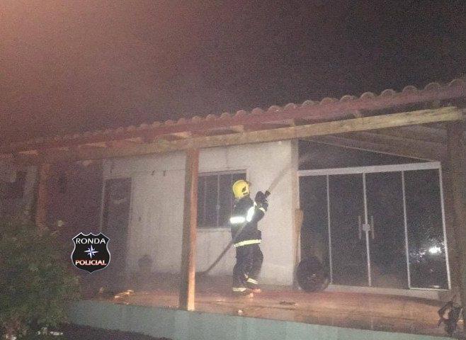 Casa é parcialmente destruída por incêndio em propriedade rural