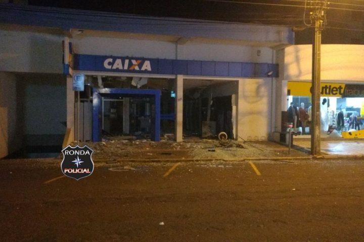 Quadrilha explode simultaneamente caixas de duas agências bancárias durante a madrugada