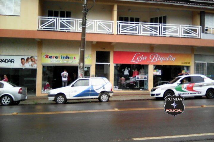 Dupla armada assalta loja e leva veículo de empresária
