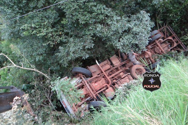 Motorista dorme ao volante e capota caminhão