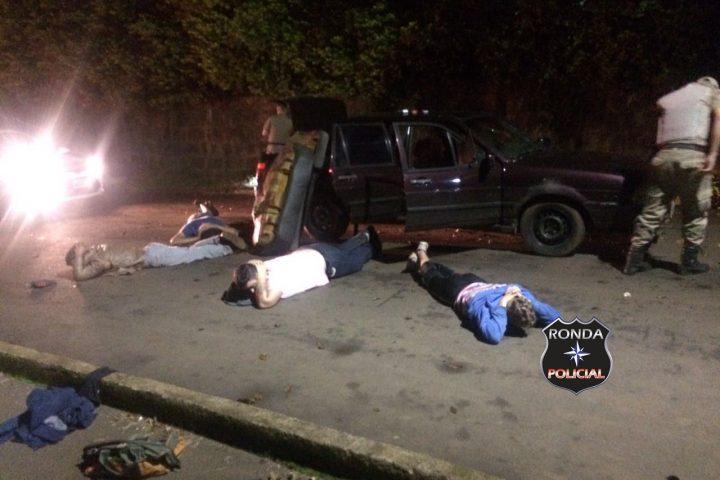 Quatro pessoas são presas de posse de arma, munição e drogas