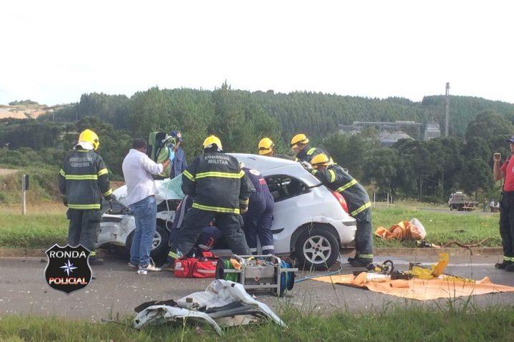 Duas pessoas ficam gravemente feridas em acidente entre carro e carreta