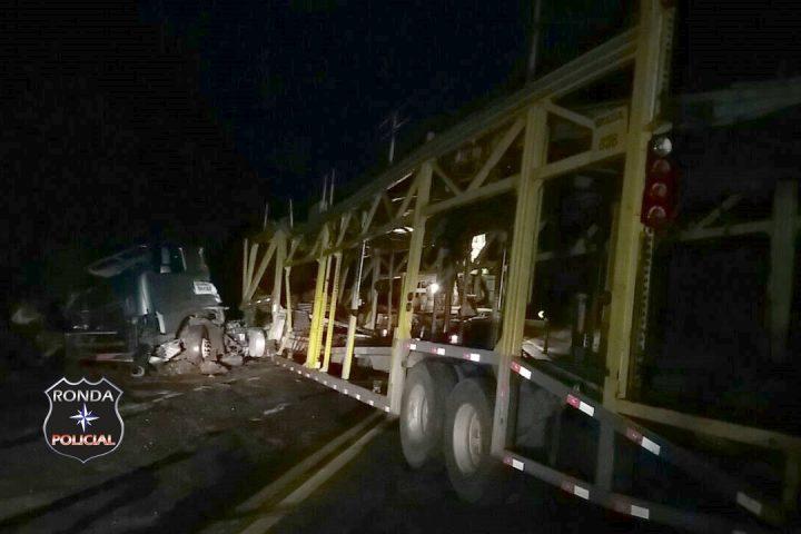 Caminhoneiro fica ferido em acidente na 282