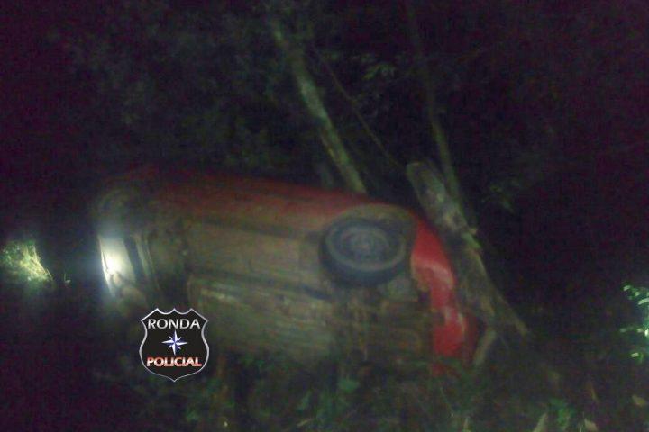 Duas pessoas ficam feridas em capotamento de veículo durante a noite