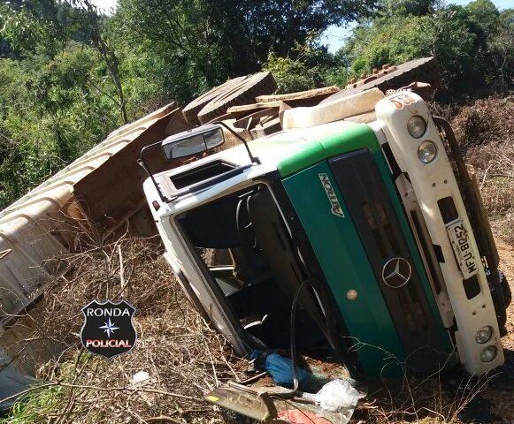 Caminhão caçamba da prefeitura tomba em comunidade rural
