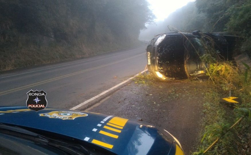 Motorista abandona veículo após capotar na 282