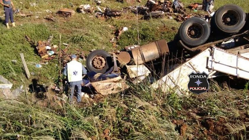 Caminhoneiro morre prensado na cabine ao capotar carreta