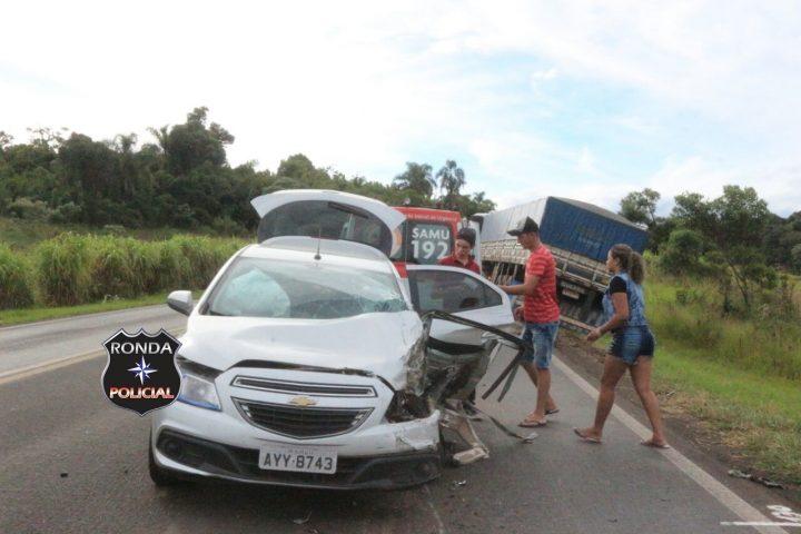 Duas pessoas ficam feridas em acidente envolvendo carreta de Chapecó no PR