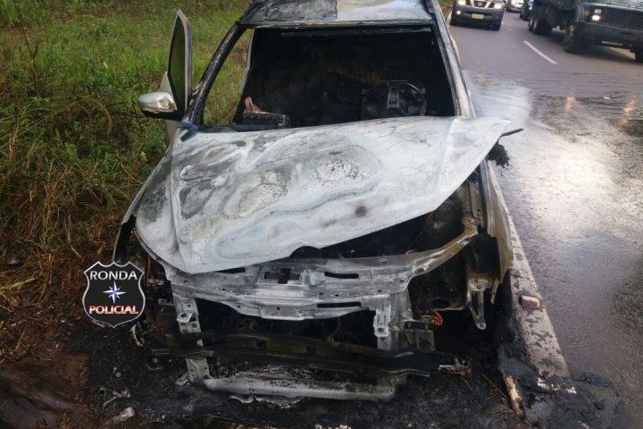 Picape é parcialmente consumida pelo fogo a margem de rodovia