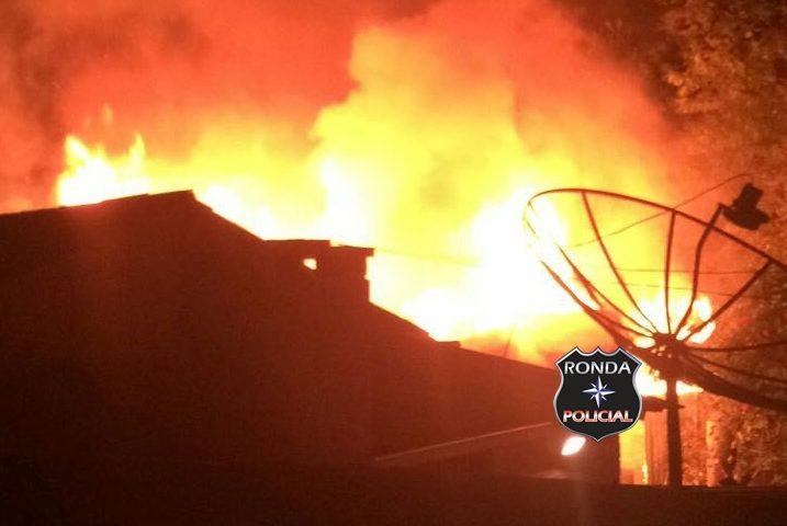 Idosa morre carbonizada em incêndio no centro de Faxinal dos Guedes