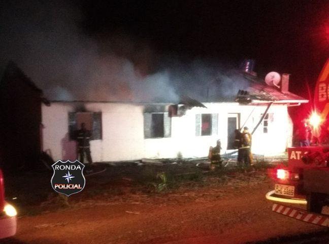 Bombeiros combatem incêndio em residência no interior de Bom Jesus