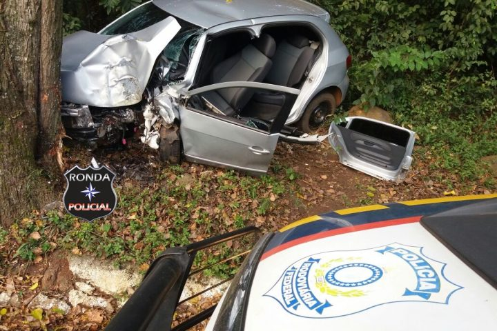 Motorista sofre graves ferimentos ao colidir carro em árvore a margem da 282