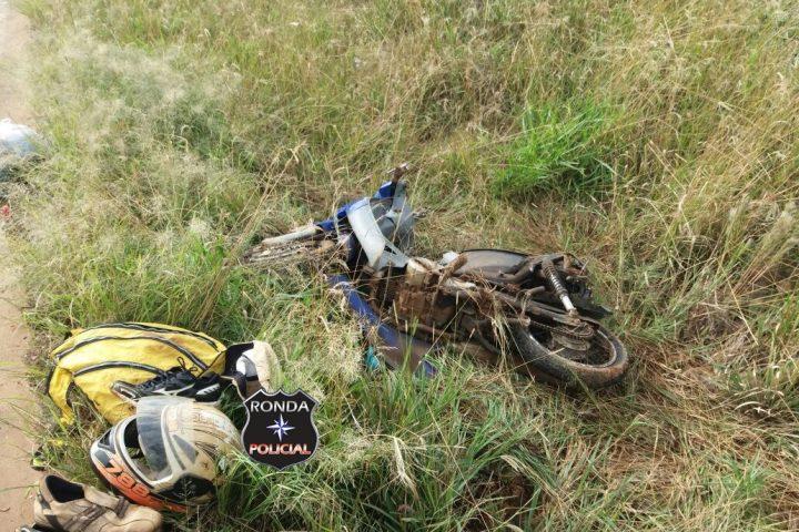 Motociclista fica gravemente ferido ao colidir em caminhão