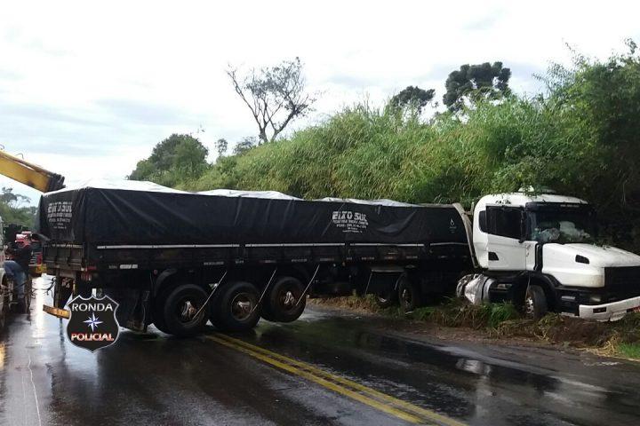 Caminhoneiro abandona carreta e foge levando tacógrafo