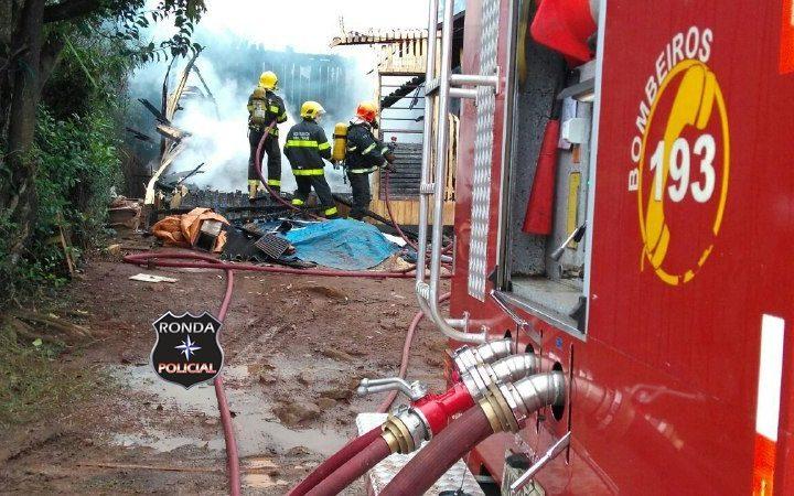 Casa é consumida por incêndio possivelmente criminoso