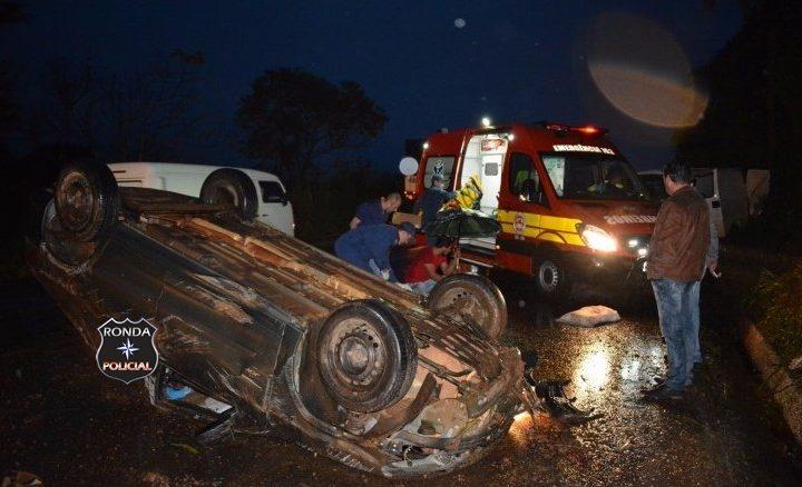 Jovens ficam feridos depois de colidir e capotar veículo na 282