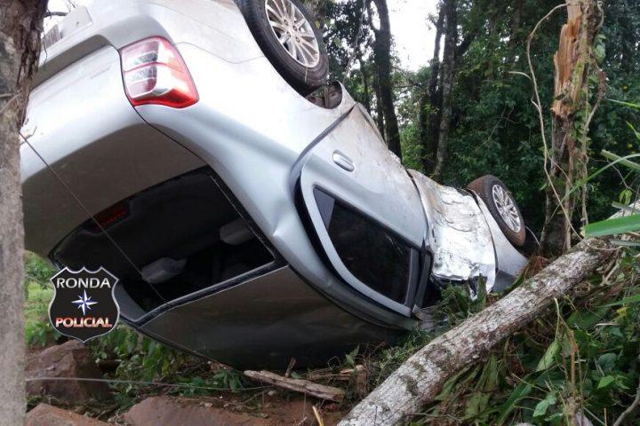 Motorista fica ferido depois de capotar veículo na 282