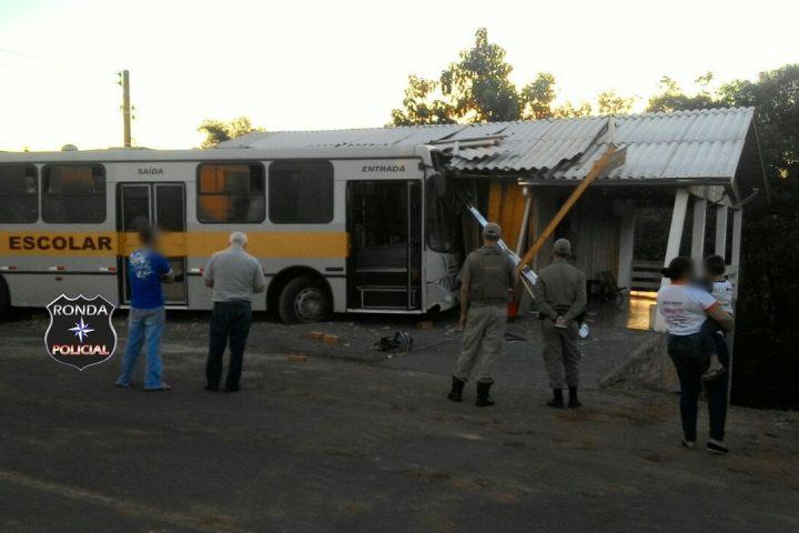 Ônibus escolar invade residência no centro