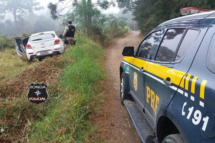 PRF recupera carro roubado e apreende grande quantidade de cigarro contrabandeado na BR-282