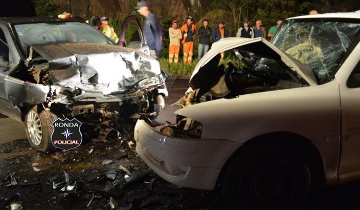 Três pessoas ficam feridas em violenta colisão frontal na BR-282