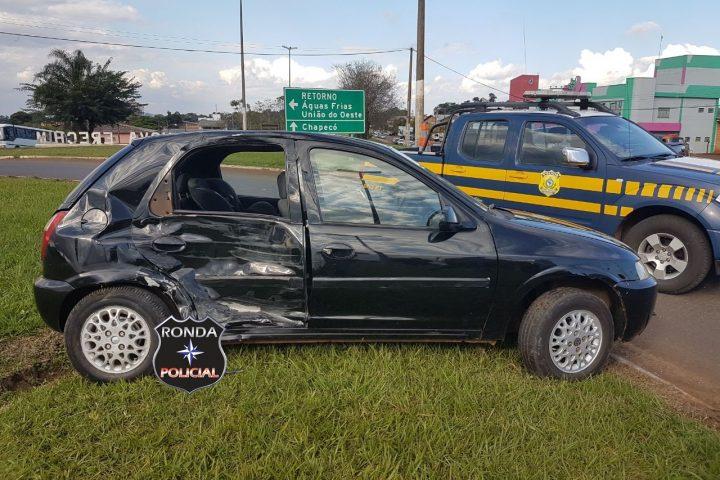 Violenta colisão entre carro e caminhão é registrada na BR-282