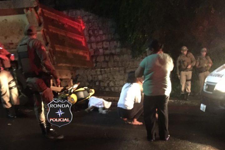 Motociclista morre ao colidir em caminhão no centro