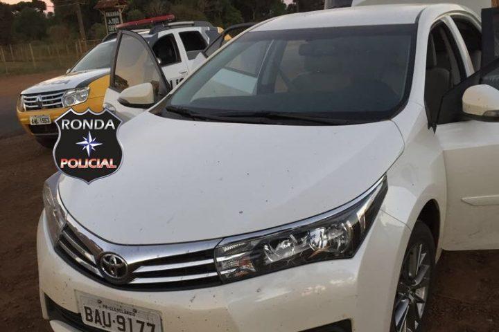 Dupla abandona carro roubado e furta camioneta em pátio de posto de combustível