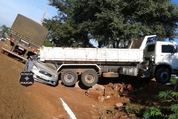 EM PRIMEIRA MÃO – Caminhão da prefeitura desgovernado cai sobre veículo no centro