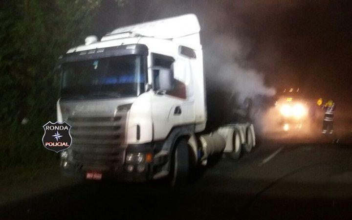 Carreta incendeia após tombamento de carga na 282 durante a madrugada