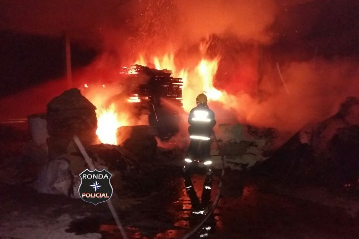Bombeiros combatem incêndio em deposito de madeira de cooperativa