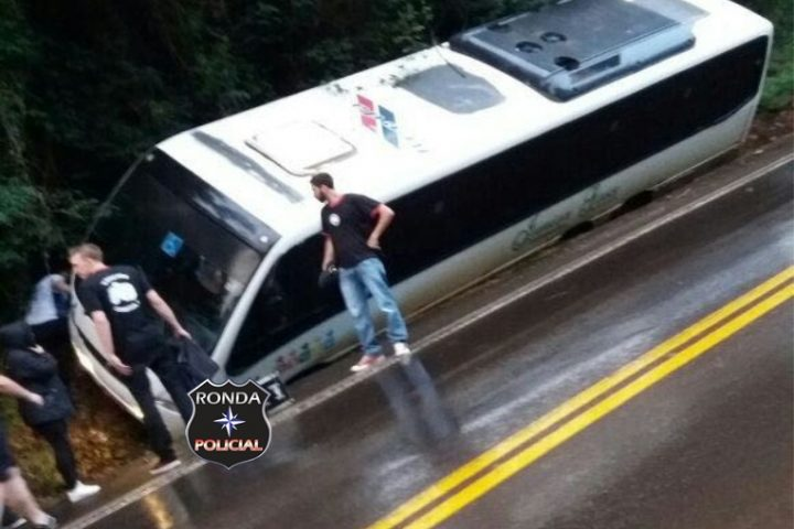 Coletivo com torcida organizada sofre acidente na 282