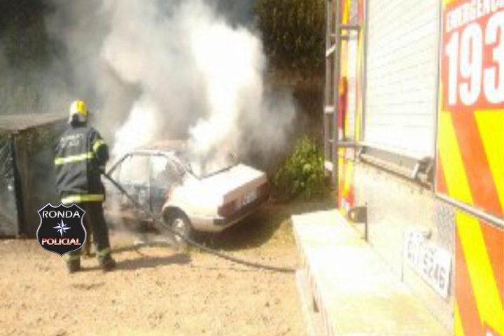 Bombeiros combatem incêndio em veículo